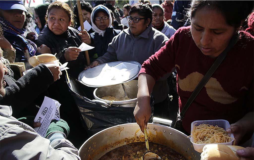 Comida gratuita en calles de Buenos Aires para pedir ley de emergencia social
