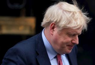 """Boris Johnson continuará """"aislado"""" en Downing Street al seguir con """"fiebre"""""""